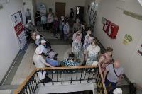 В Туле пенсионеры толпятся в огромной очереди на продление проездных, Фото: 5