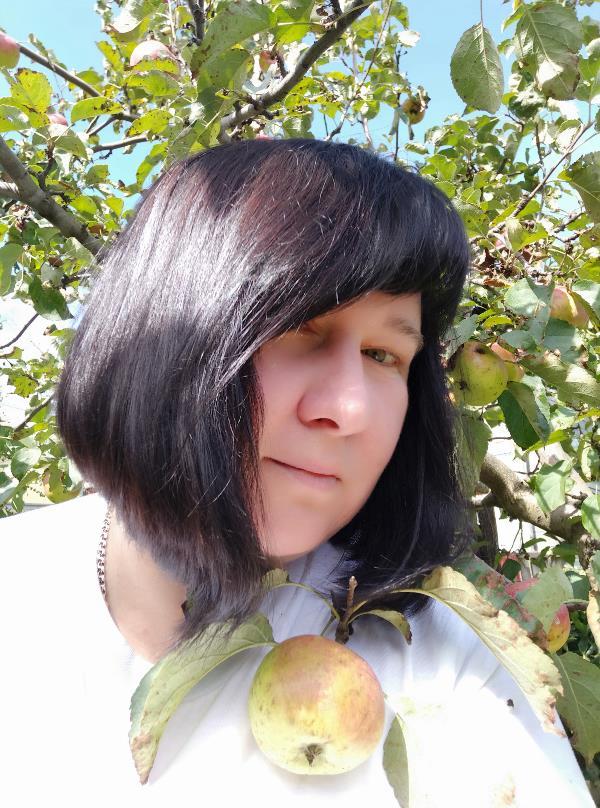 Брюнетка в яблоках