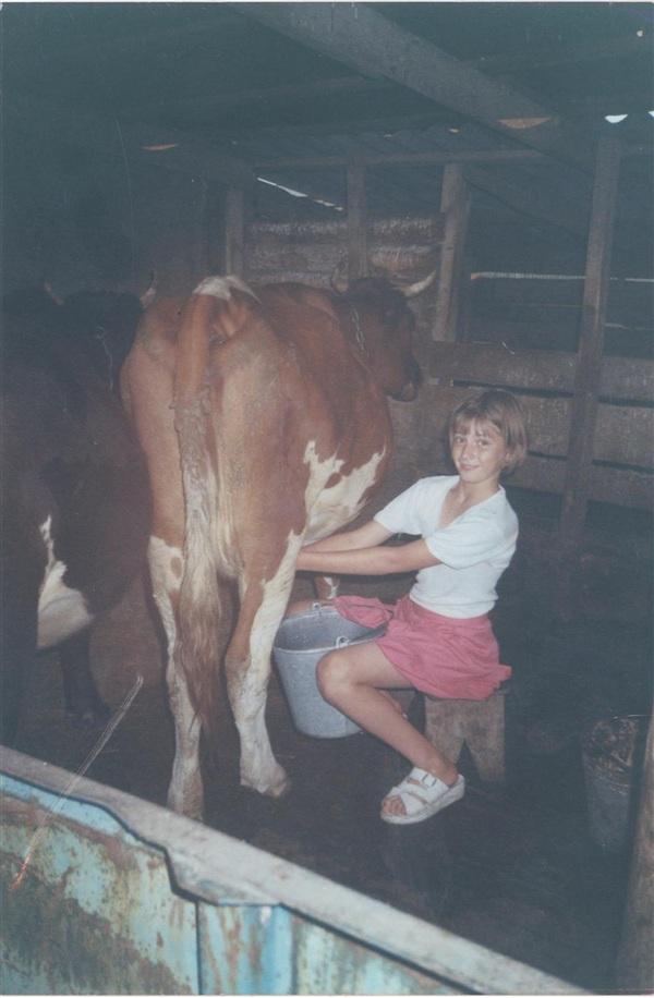 На фотографии Трещёва Ирина. Сделана фотография 13 лет назад, мне тогда было 10 лет. У бабушки было хозяйство, иногда приходилось помогать.