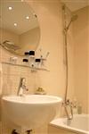В ванной сдержанность цвета компенсирует интересное сочетание разных форматов плитки., Фото: 4