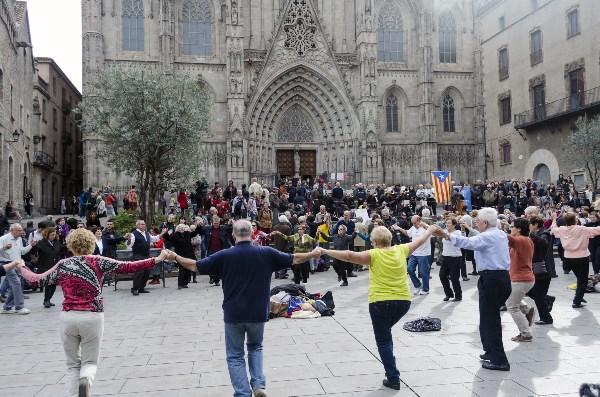 Каталонцы танцуют Сардану на площади перед кафедральным собором Барселоны в день опроса о независимости Каталонии.