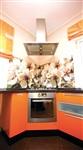 Один из главных элементов декора кухни – стеклянная мозаика с изображением цветов яблони. На расстоянии рисунок кажется объемным. , Фото: 3