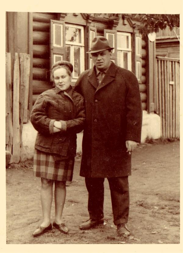 Весна, 25 мая 1969 год. Мама тут совсем молоденькая, стоит со своим двоюрдным дядей