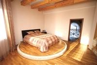 Спальня на втором этаже дома. Подиум, на котором стоит кровать, отделан паркетом, а по краю – стеклянной мозаикой. , Фото: 13