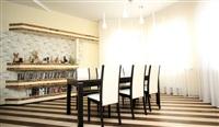 Столовую зону выделяет «полосатый» пол, «приподнятый» над столом потолок и два ряда светильников. , Фото: 7