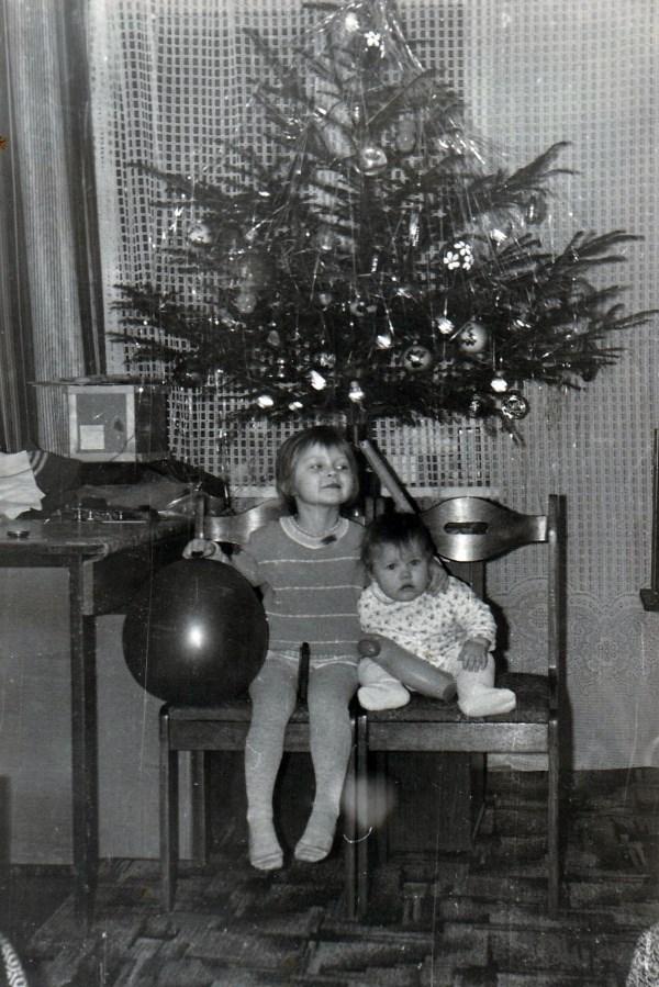 1990, жена мелкая справа))))