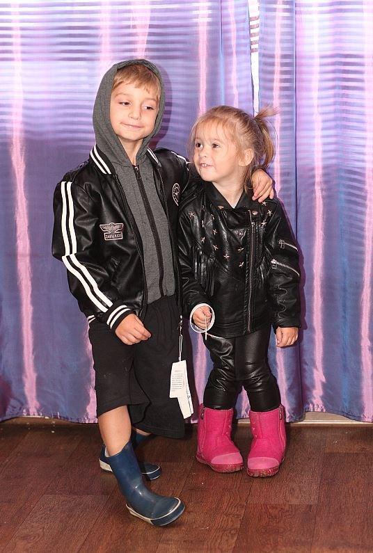 К сожалению рано или поздно в жизни каждого ребенка появляется мысль, что в моде он разбирается лучше родителей. На фото Руслан (5 лет) и Виктория (2 года), имидж их же