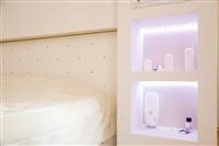 Кровать и ниши по бокам «встроены» в перегородку, за которой находится гардеробная., Фото: 5