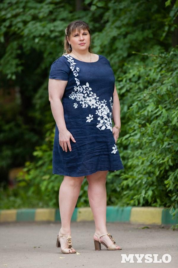 Елена Ступина,  40 лет. Рост  170 см, вес 110 кг: «Я очень хочу похудеть, но всё никак не получается. То сижу на диете и скидываю до 15 кг, то с лихвой их снова набираю. Работа у меня нервная, сесть нормально пообедать времени нет. Сижу на перекусах, прихожу домой и тогда наедаюсь, а это уже поздно вечером. Из-за лишнего веса начало прыгать давление, бывают отёки. После недавно перенесённой операции снова начала набирать вес. Знаю, что если я не скину лишний балласт, мне долго не прожить. Хотя стараюсь ограничивать себя в еде: абсолютно не ем хлеб, выпечку и торты, но всё равно не могу сбросить вес. Я очень хочу похудеть, хочу нормально жить и не сидеть на таблетках. Но у меня нет силы воли заставить себя похудеть, и я прошу вас мне помочь•.