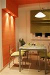 Выступ на стене, декорированный полосатыми обоями и оборудованный подсветкой, – прием, позволяющий отделить обеденную зону от рабочей. , Фото: 2