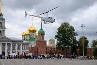 Толпа туляков взяла в кольцо прилетевшего на вертолете Леонида Якубовича, чтобы получить мороженное, Фото: 27
