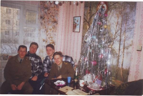Мы не студенты, а слушатели ИПТУ. И поэтому перед занятиями освежаемся шампусиком с шоколадкой)))1996 год