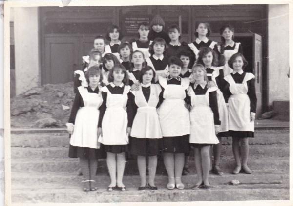 Нам тут  кому 16 лет, а кому уже и 17 лет исполнилось. Заканчивали школу. 1986 год. Для мальчиков из нашего класса специально на память сфотографировались.  Около школы.