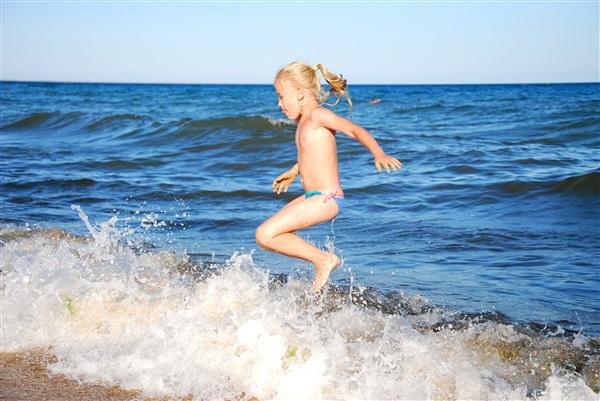 Солнце, море... Что еще нужно ребенку для счастья?