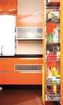 Для оформления кухни хозяйка предпочла оранжевый цвет – «живой, аппетитный». Столешницы выполнены из искусственного камня. На полу – керамогранит, уложенный бесшовно. Ближе к барной стойке и входу в гостиную его сменяет паркетная доска того же темного оттенка. По потолку эта смена зон «проложена» зеркальной полосой. , Фото: 4