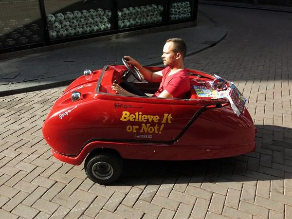 В красном кабриолете