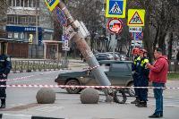В центре Тулы на грузовую фуру упал электрический столб, Фото: 3