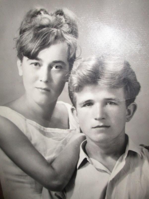 Благодаря лучшему мужчине я родилась. Это мой папа. Рядом с ним лучшая женщина,это моя мама. Этому фото уже лет 50.  Родные люди всегда самые лучше и любимые. Даже когда умирают...