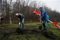 Александр Лебедев ремонтирует детскую площадку, Фото: 10