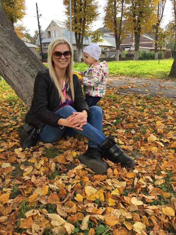 На прогулке с дочкой