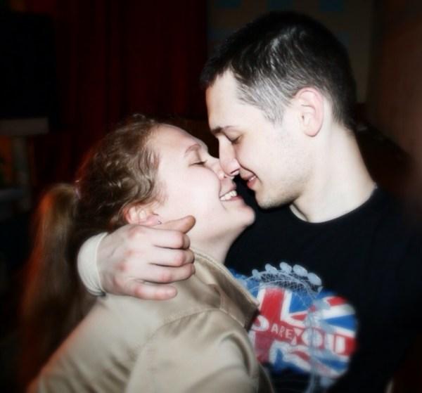 На фото я и мой любимый парень.Нет ничего страшного,что нас разлучают обстоятельства...Наша любовь начала и будет продолжаться с этим ласковым и нежным взглядом друг на друга.Любите друг друга!Любовь побеждает всё!
