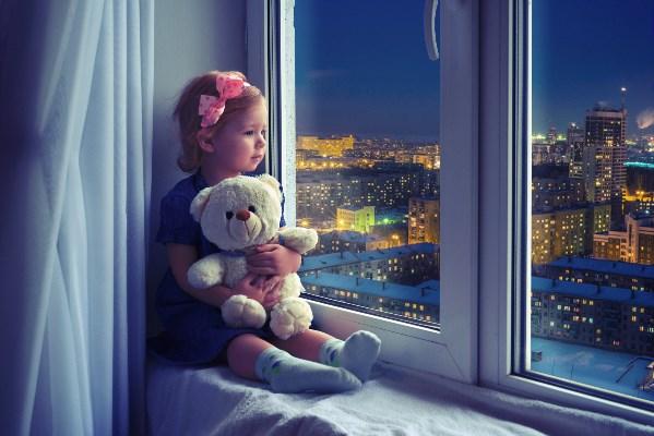 """За последние 3 года в нашей домашней библиотеке преобладают детские книги, т.к. у нас растет наша маленькая принцесса. Ну а ее любимая книга - это """"Мойдодыр""""   Корнея Чуковского."""
