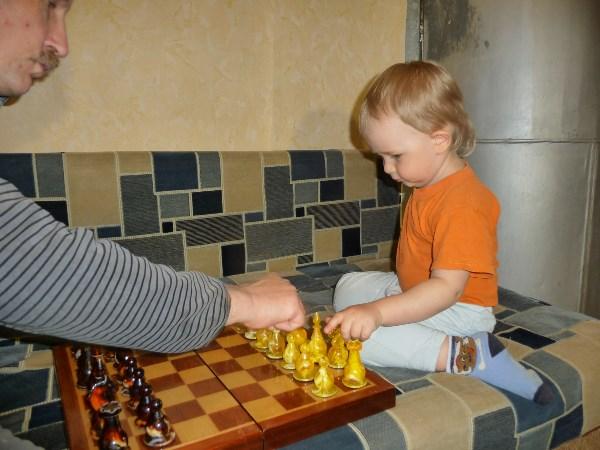 шашматы - это одна из любимых игр как моей семьи, так и супруга. Меня учила мама, супруга - папа, а теперь дедушка учит внуков) автор фото: Перова Т./любитель