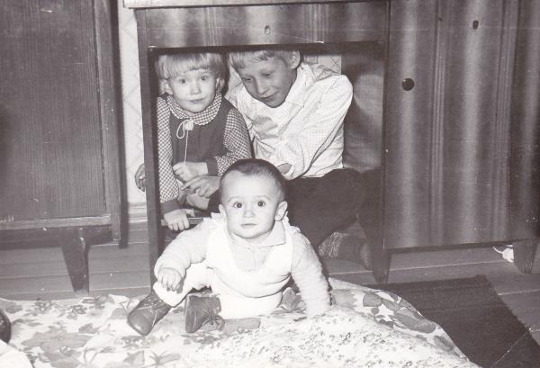 Я и мой брат под столом, а карапуз - это наш двоюродный братик.
