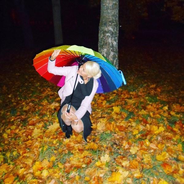 Осень – это все цвета светофора в одном парке. Жизнь рвётся вперёд, когда парк весенне-зелёный и притормаживает, когда все цвета горят одновременно!